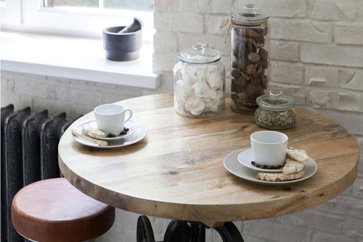 круглый барный стол и стул в интерьере кухни фото