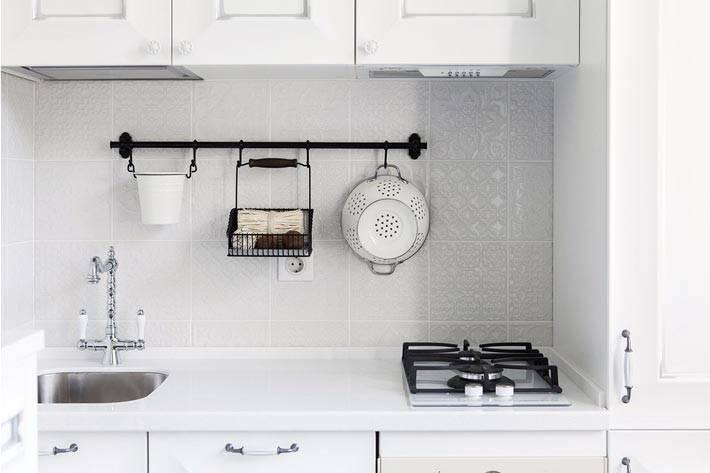 маленькая кухня с белой мебелью и белый фартуком