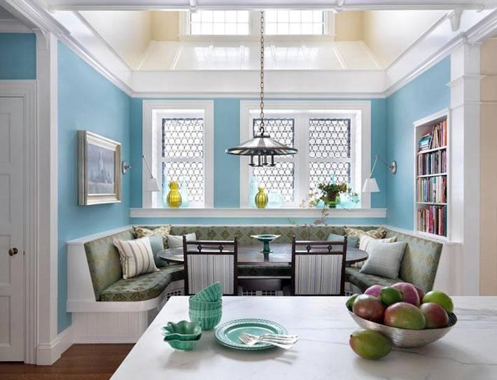 мансардное окно на крыше кухни над обеденным столом