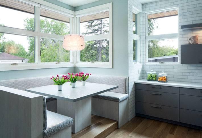 большой обеденный уголок возле окна на кухне фото