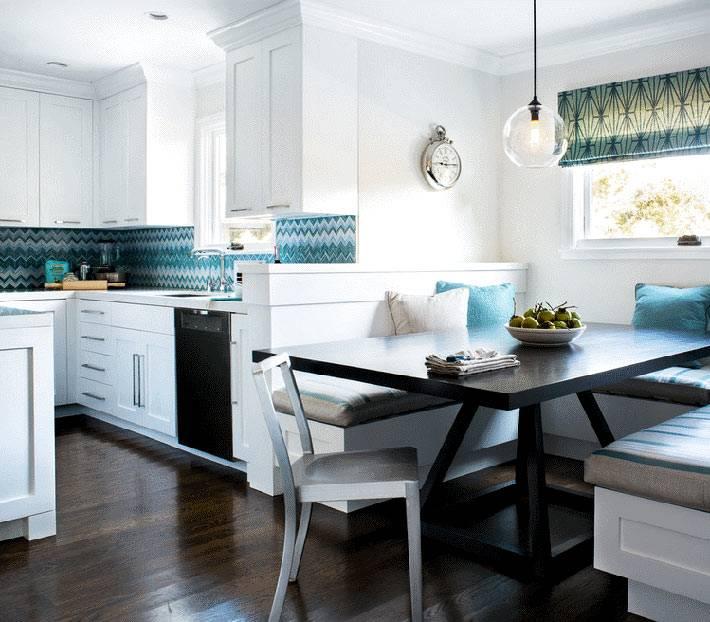 зонирование обеденной зоны на кухне с помощью кухонного уголка