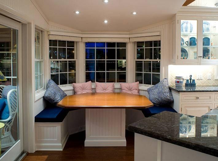 эркер с обеденным столом в интерьере кухни фото