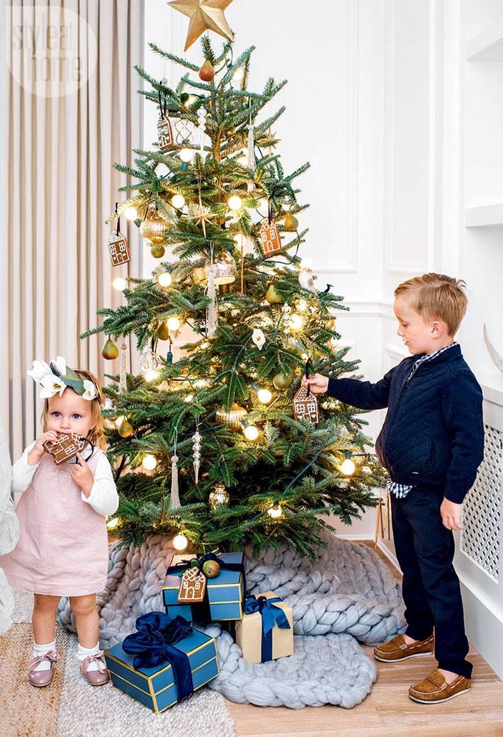 винтажные игрушки на новогодней елке в доме фото
