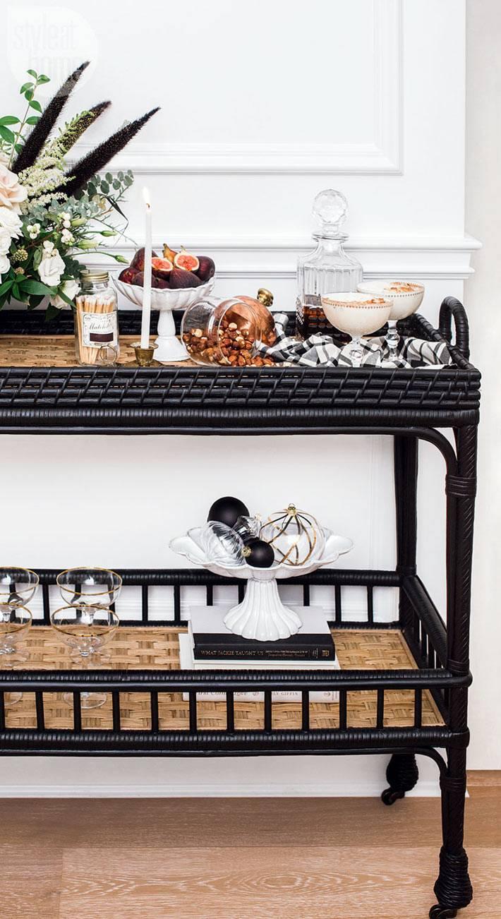 плетеный стол-тележка на колесиках для мини-бара или закусок