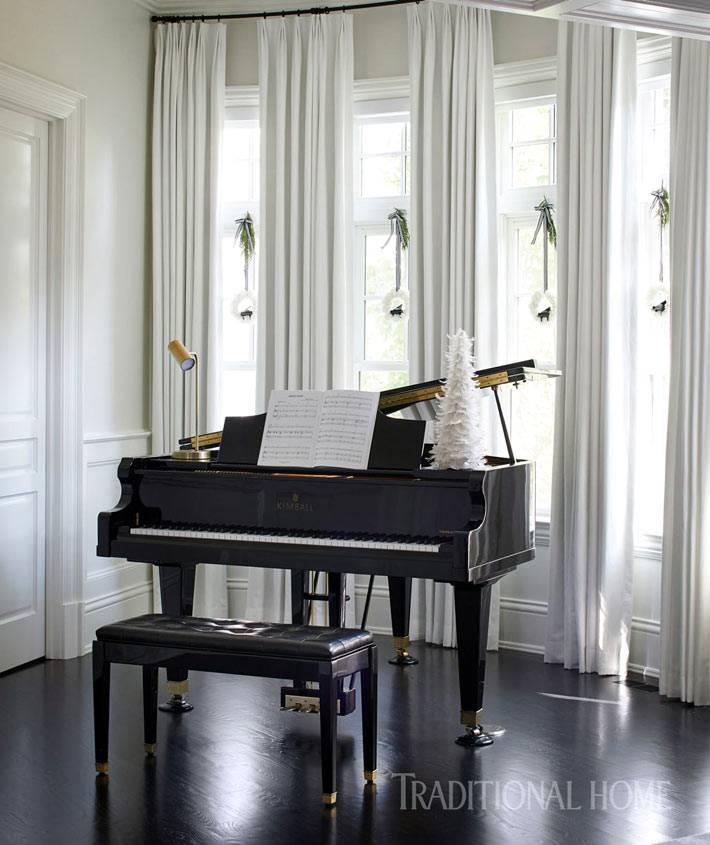 маленькая белая елочка на черном рояле в доме фото