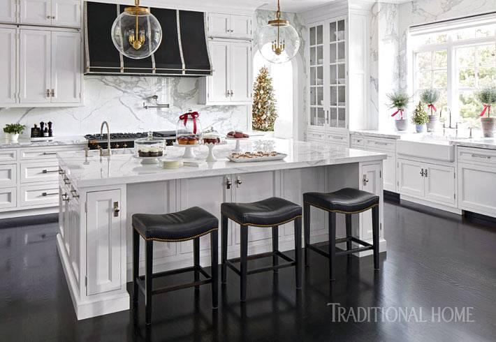 минимальное новогоднее украшение кухни красными лентами