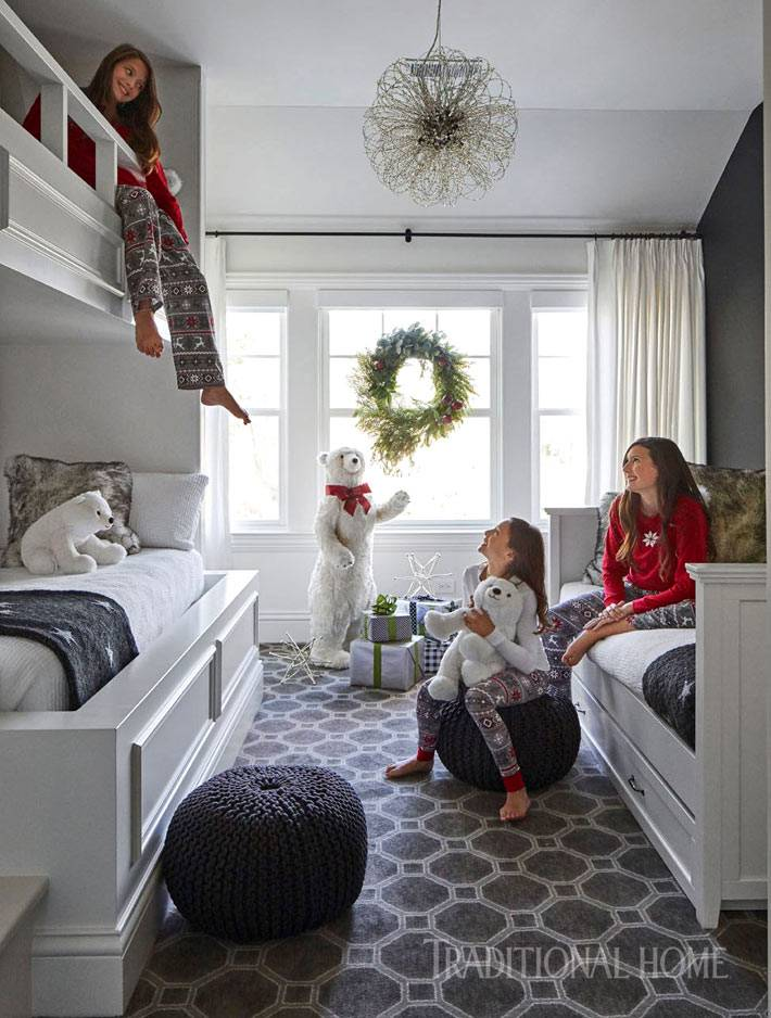 новогодний венок из еловых веток на окне в детской