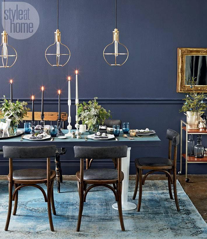 новогодний интерьер с синими стенами и золотыми люстрами