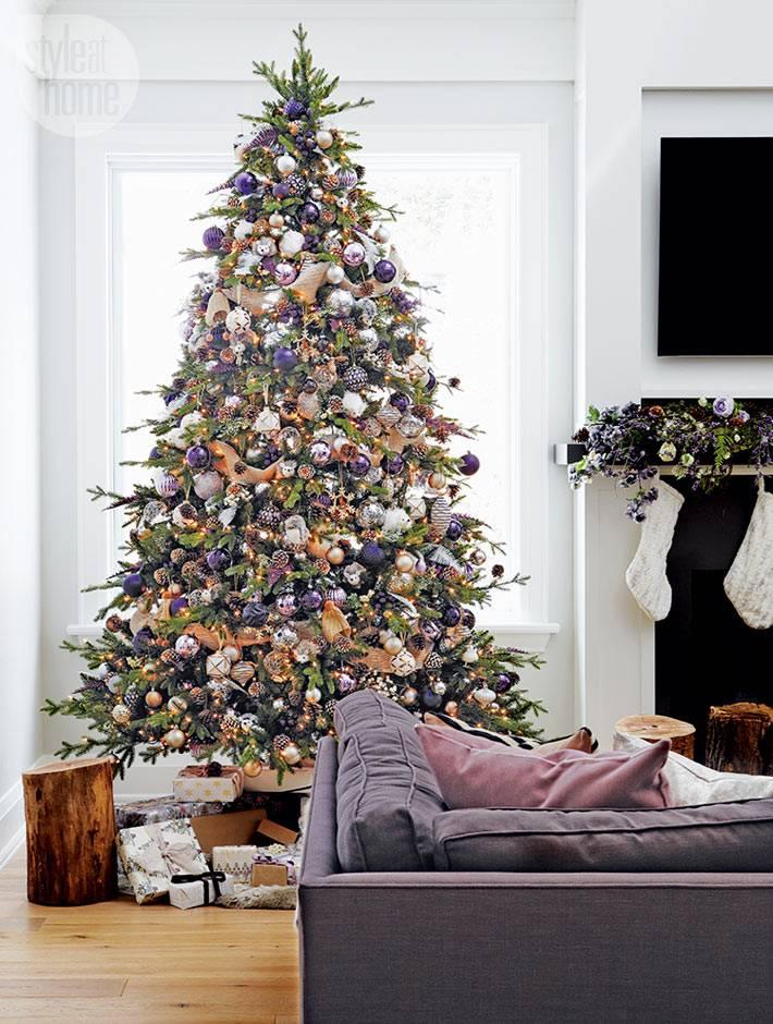 большая елка возле окна в интерьере гостиной фото