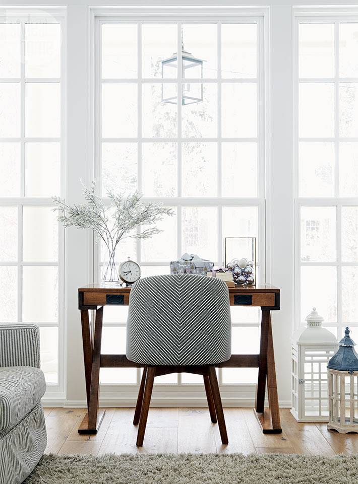 стол из натурального дерева возле панорамного окна