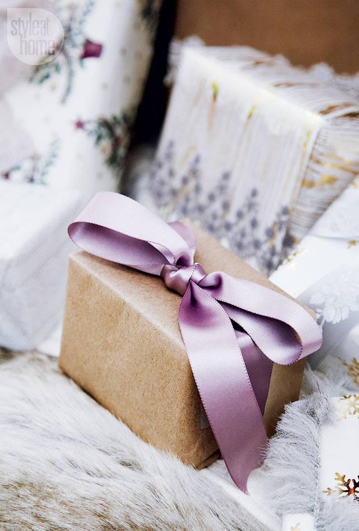 упаковка новогодних подарков в крафтовую бумагу с лентами