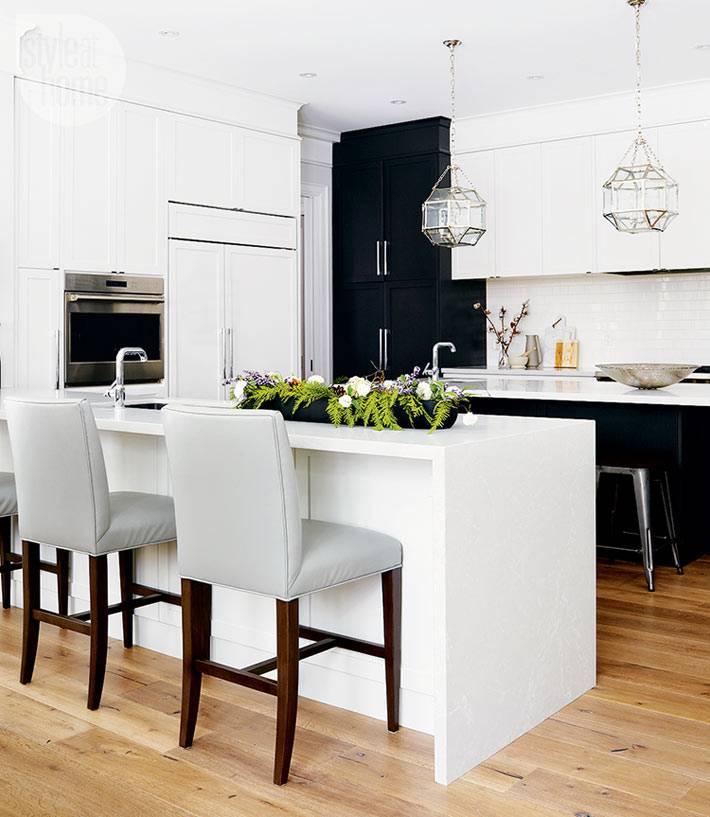 новогодняя композиция из еловых веток на кухонном столе фото