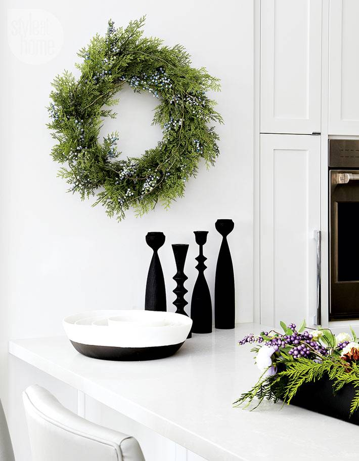 новогодний венок из туи на стене в интерьере кухни