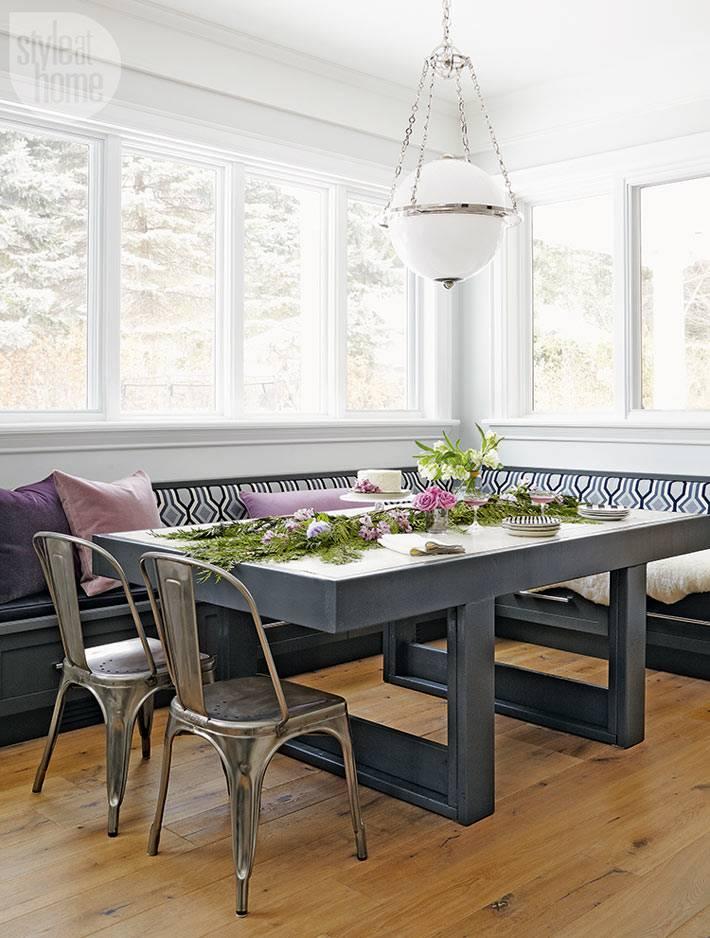 большой кухонный уголок с панорамным видом во двор