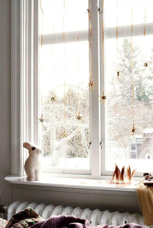 новогодние окна - золотистые звездочки на лентах