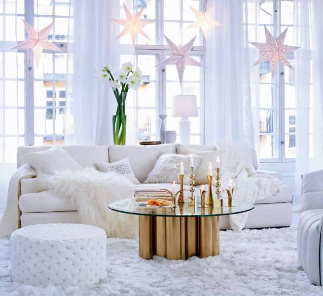 белые звезды ИКЕА в интерьере гостиной на окнах