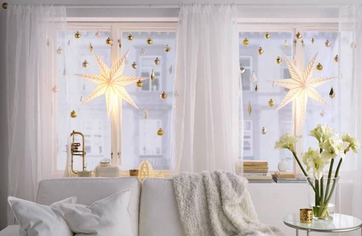 украшение окон - елочные шары, подвешенные на леске