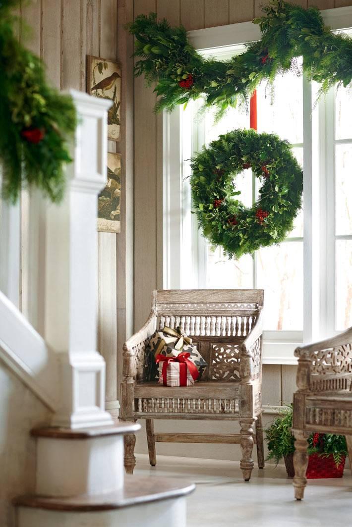 новогодние окна с венком и гирляндами из хвои