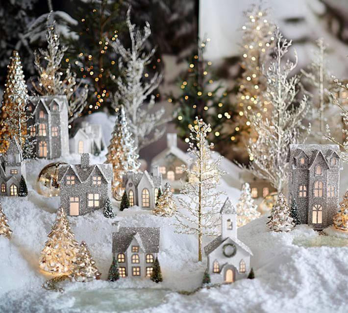 красивый сияющий новогодний город под ёлкой
