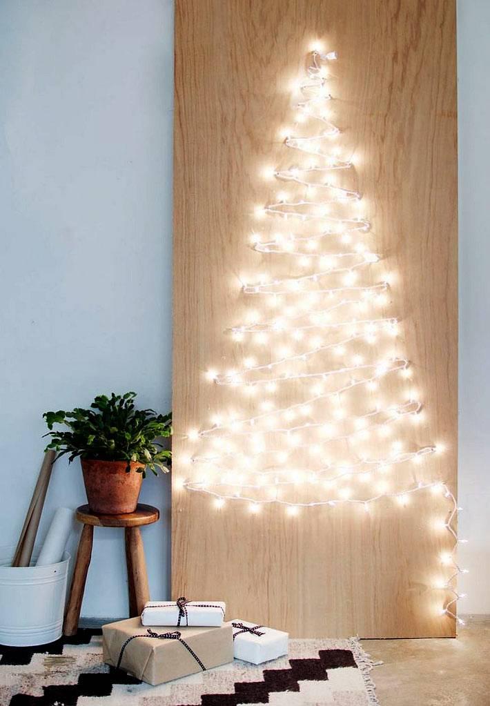 самодельная елка из гирлянды на деревянной доске