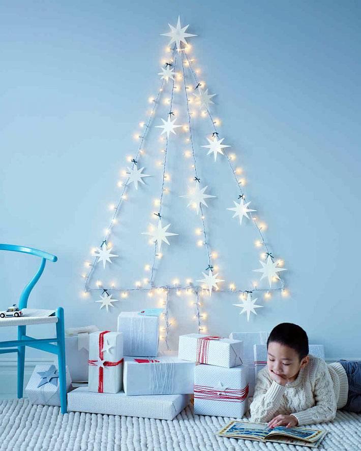 светящаяся елка из гирлянды на стене детской комнаты