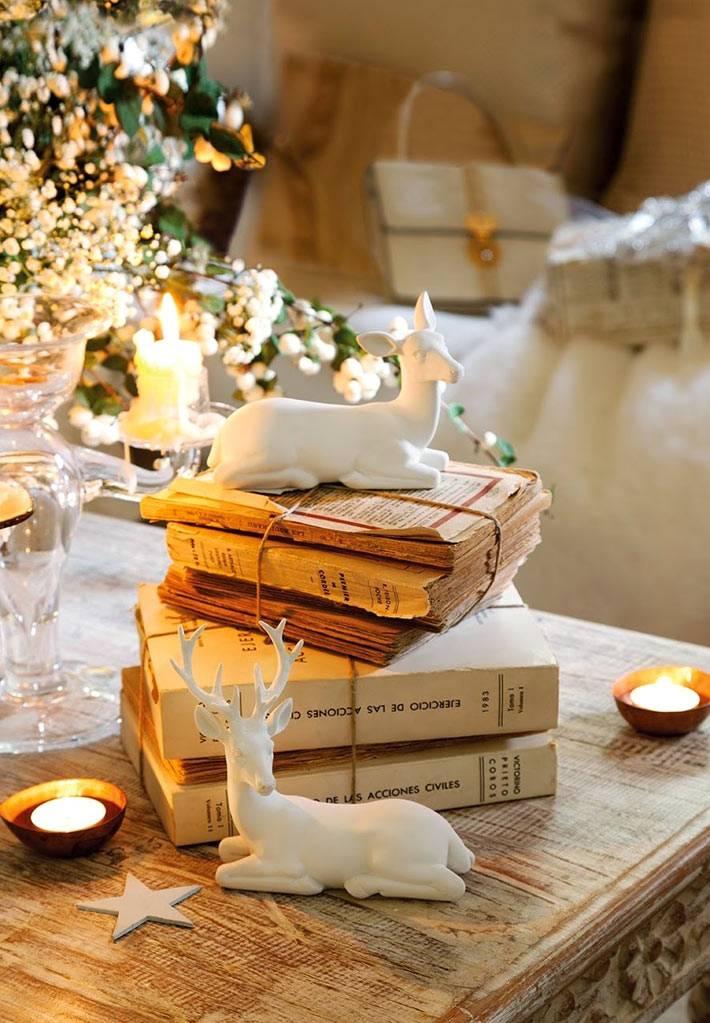 белые олени и свечи в новогоднем декоре дома фото
