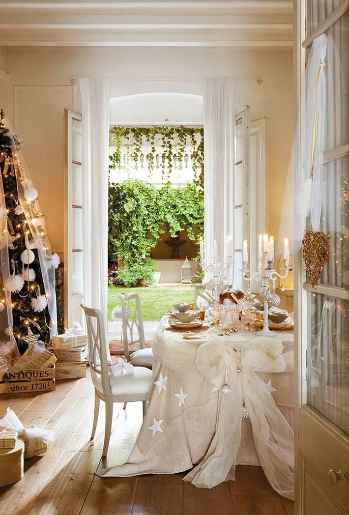 Бежевый интерьер с белым декором на рождественские праздники