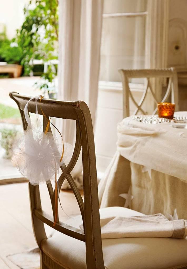 белые банты на спинках стульев в новогоднем декоре
