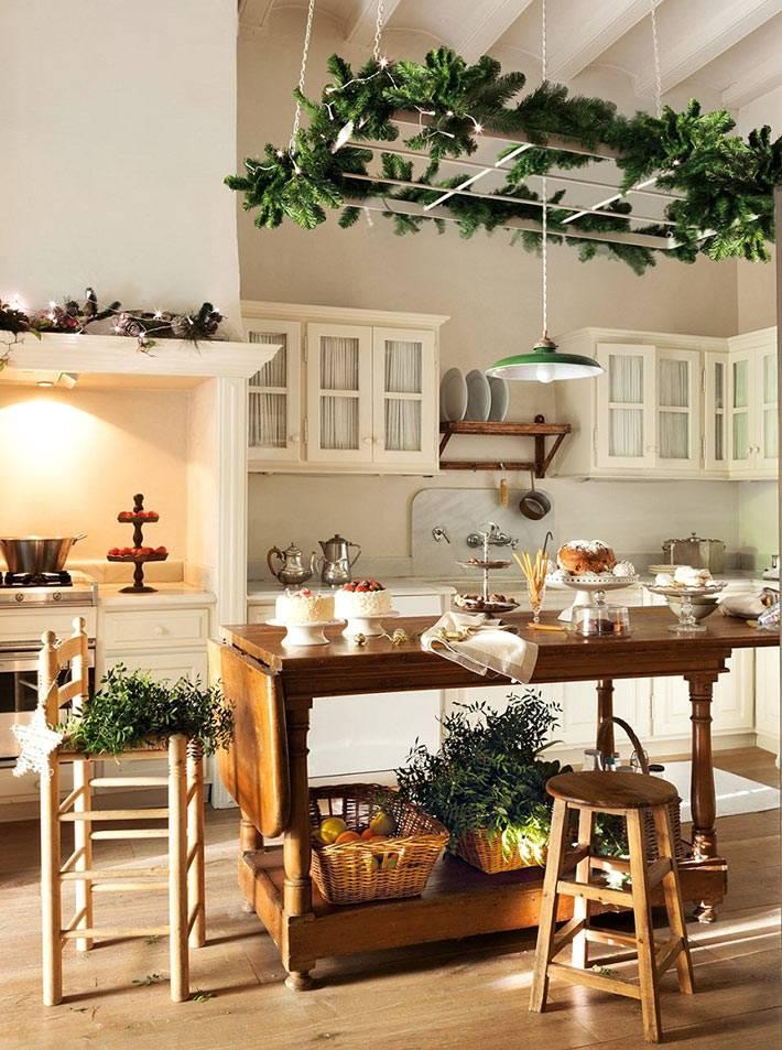 новогоднее украшение кухни хвоей и гирляндами