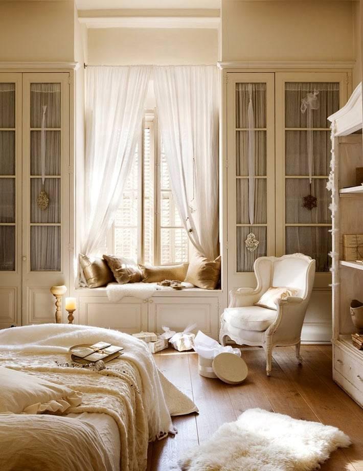 белый интерьер спальни с подоконной скамьей