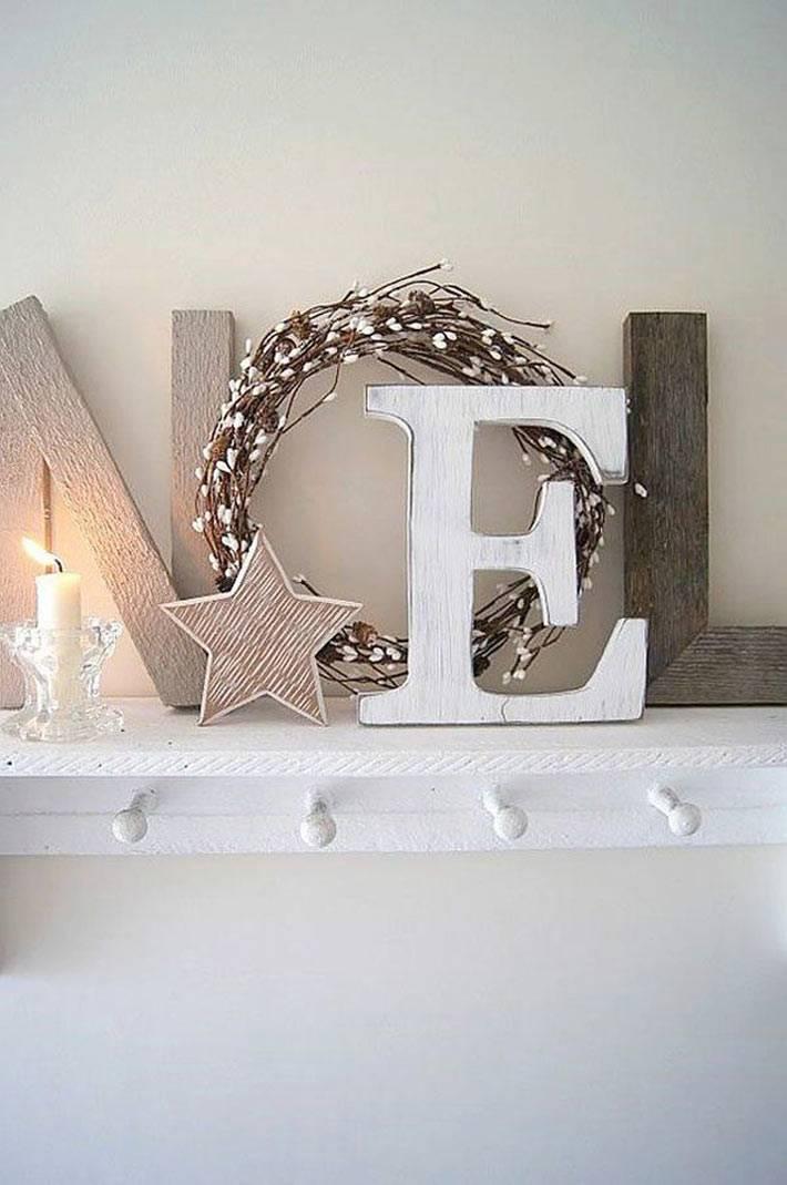 Деревянные буквы NOEL на белой полке фото