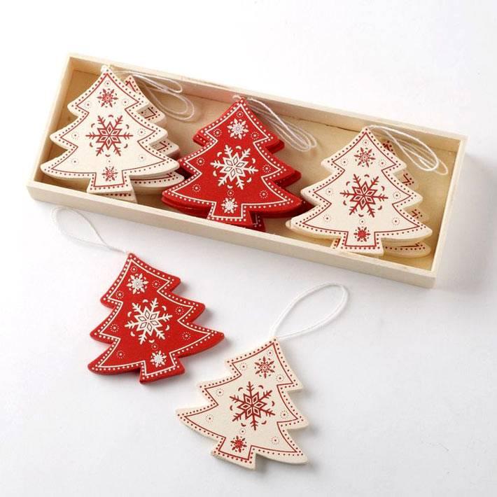 белые и красные деревянные елочки на новогоднюю елку