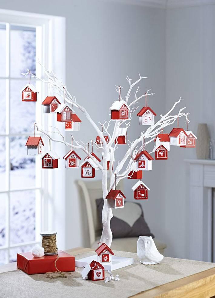 белые ветки с красными игрушками могут заменить елку