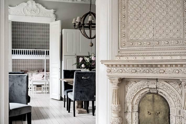 красивые молдинги над дверью в дизайне квартиры