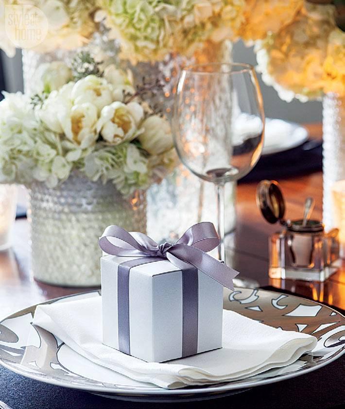 сервировка новогоднего стола живыми цветами в вазах