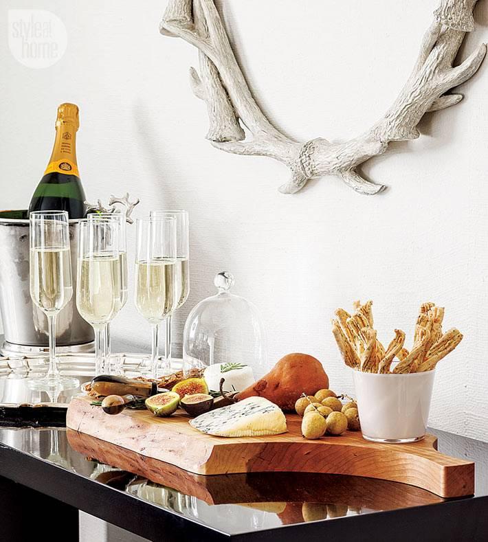 фуршетный стол с шампанским и закусками на новый год