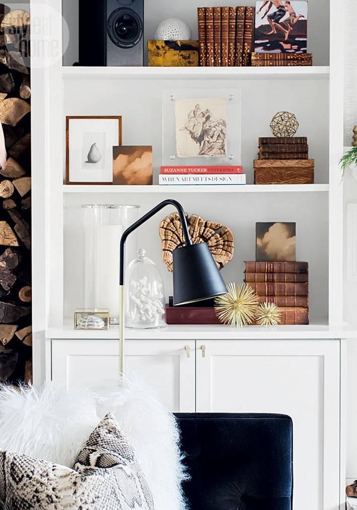 белый стеллаж с книгами и предметами декора фото