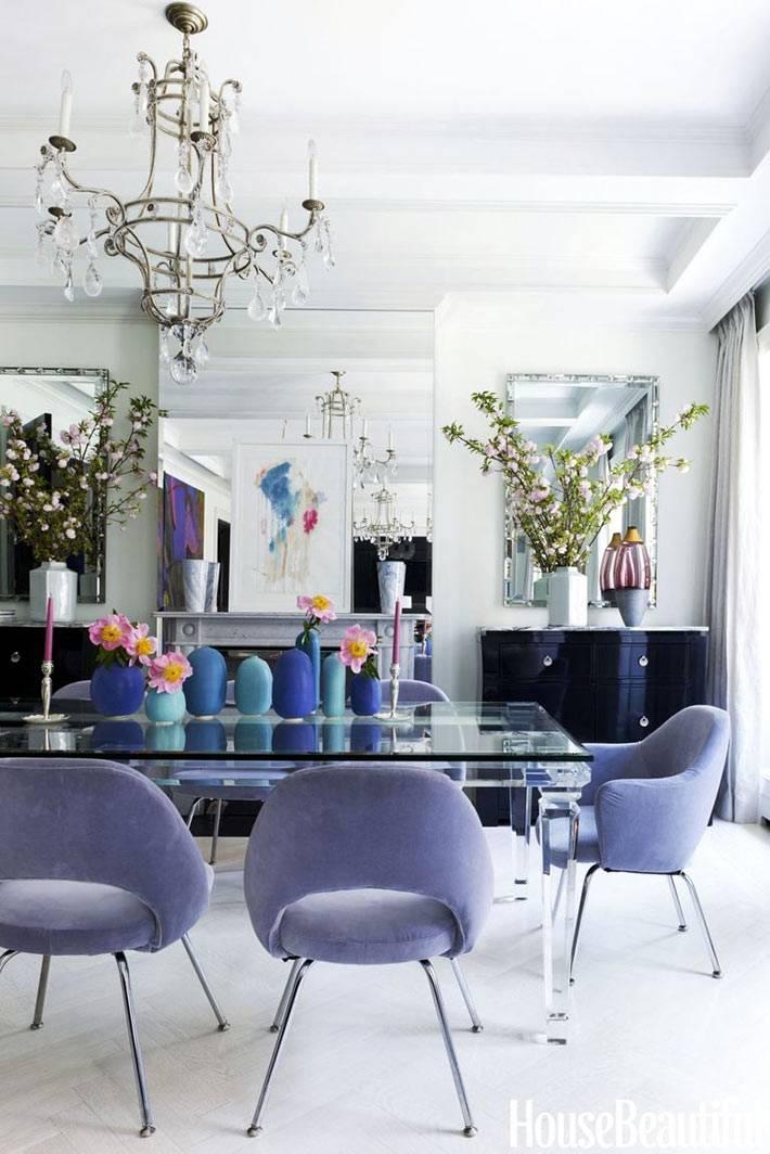 прозрачный обеденный стол и мягкие стулья вокруг него фото
