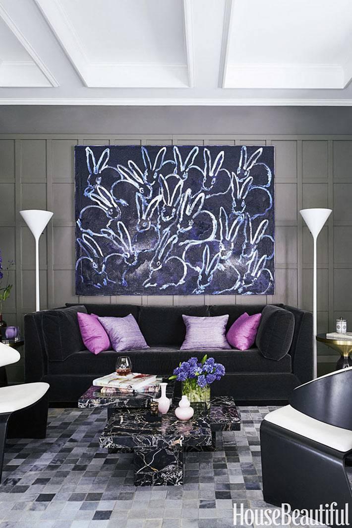 мозаичный пол в комнате и большая картина с кроликами на стене