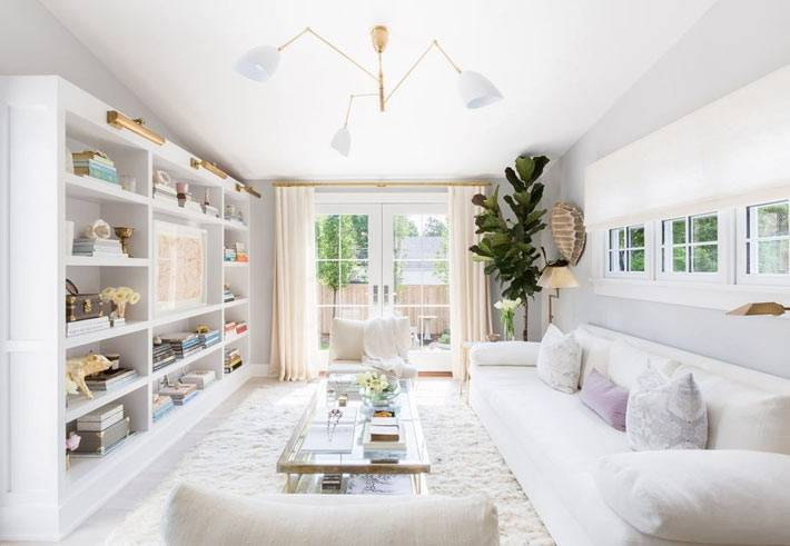 белая мебель в интерьере гостиной красивого дома