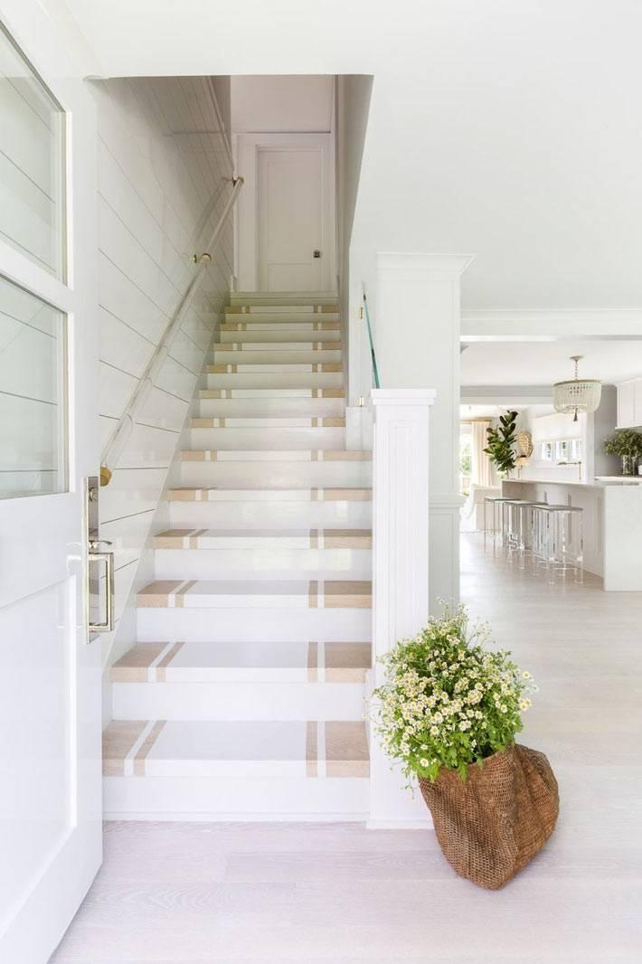 преобладание белого цвета в интерьере пляжного дома