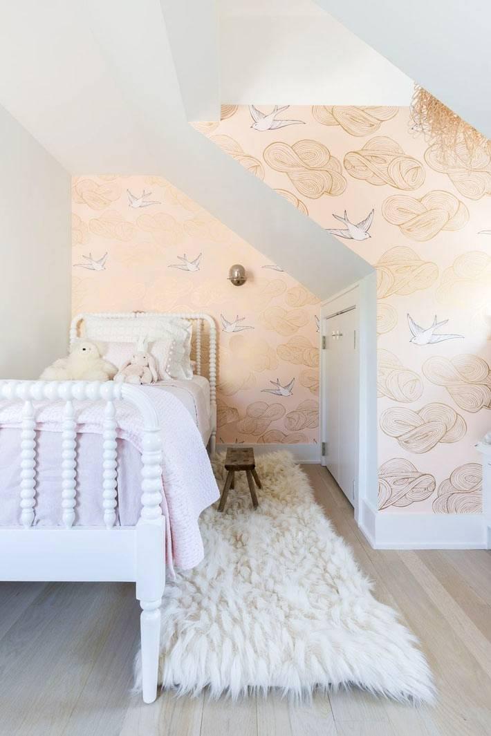 детская спальня в мансарде с красивыми обоями фото