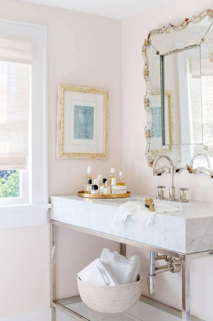 мраморный умывальник и ретро-зеркало в дизайне ванной комнаты