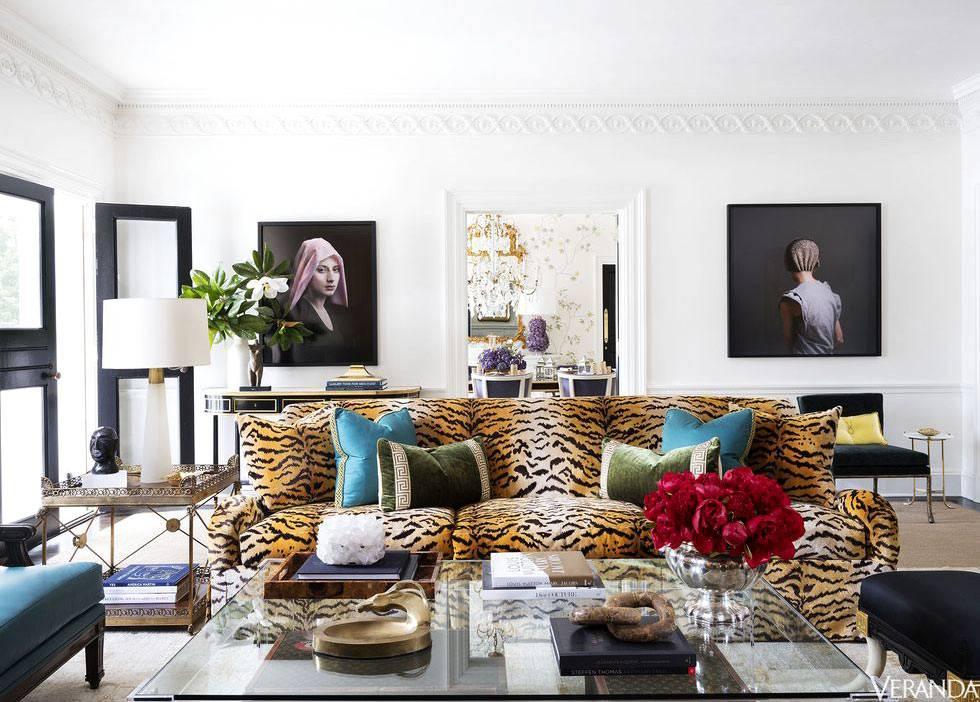 дизайн гостиной комнаты с тигровым диваном в центре интерьера