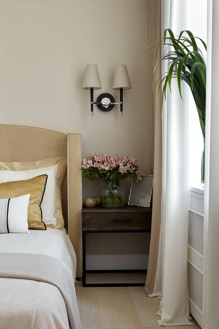 деревянные прикроватные тумбы и бежевые бра в интерьере спальни