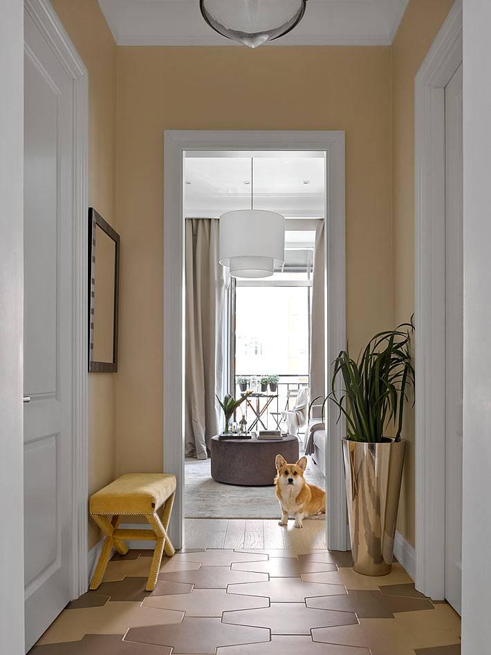 маленький коридор в квартире с мозаичной плиткой на полу фото