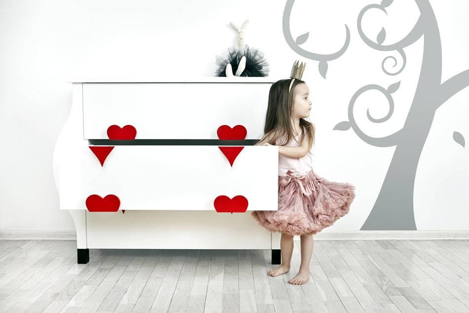 красивый детский белый комод с красными сердечками