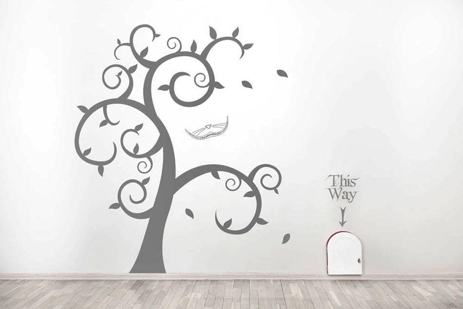 наклейка-дерево в деской комнате и малнькая дверь возле него