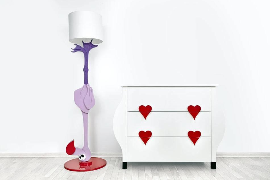 торшер с фламинго и комод с сердечками для детской комнаты