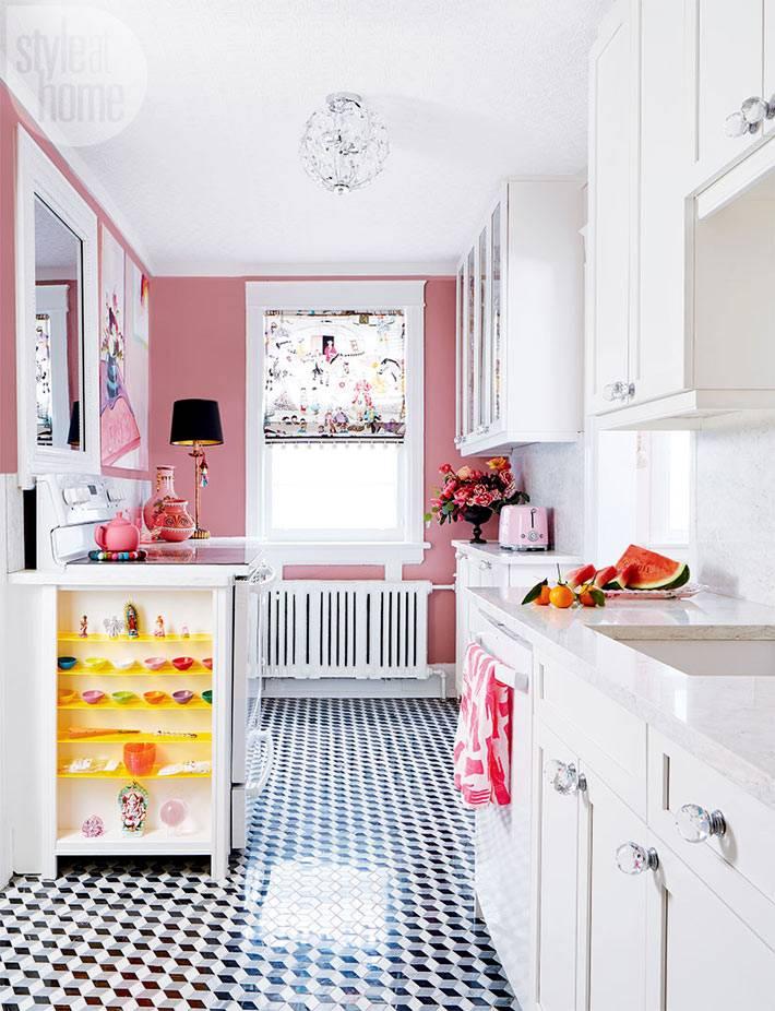 розовые стены и белая мебель в интерьере кухни фото